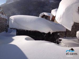 Hórreo_con_nieve_Picos_de_europa