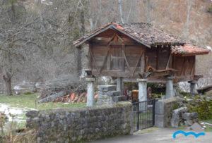 Hórreo_madera_sobre_pegollos_de_piedra_en_Picos_de_Europa_León
