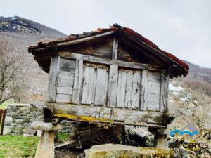Hórreo_construcción_madera_desgastada_gris_Picos_de_Europa