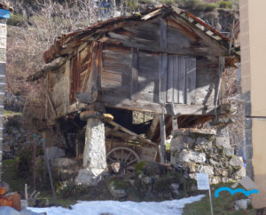 Hórreo_de_madera_sobre_pegollos_de_piedra_tiene_dos_puertas_y_está_deteriorado_PIcos_de_Europa_León