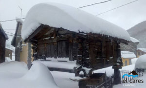 Hórreo_madera_con_nieve_en_tejado