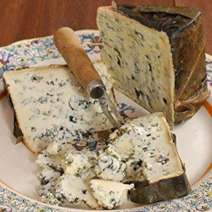 queso de Valdeon cortado por la mitad
