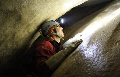 explorador realizando espeleologia en Picos de Europa