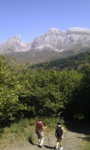 2_chicas_haciendo_ruta_por_Picos_de_Europa_con_montaña_Friero_de_fondo