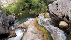 persona_bajando_por_tobogan_natural_en_barranco_picos_de_Europa_Valdeón