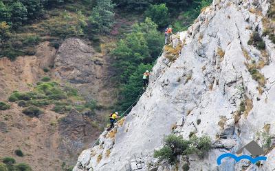 tres_personas_subiendo_una_pared_de_roca_de_una_montaña_vía_ferrata_Cordiñanes_Valdeón