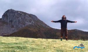 Persona_sintiendo_la_energía_de_la_naturaleza_con_una_montaña_detrás