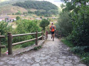 Persona_corre_puente_del_Rejo_en_carera_trasvaldeonica_cerca_de_Camping_el_Cares