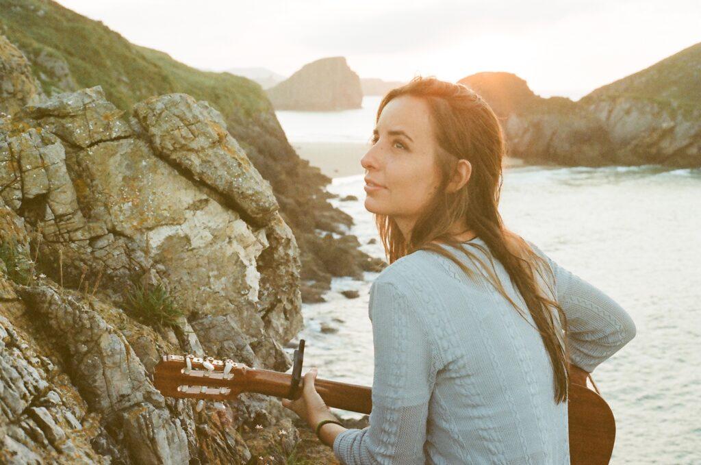 Rita Ojanguren. Artista Asturiana, diferentes estilos musicales. Canta cómodamente en diferentes idiomas.