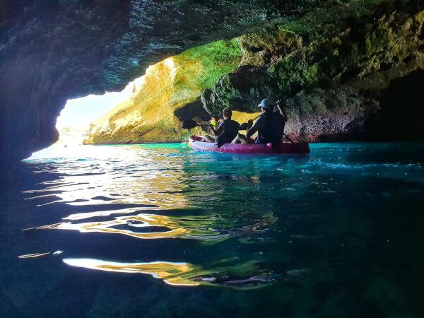 Pareja haciendo ruta en kaya de Wailele por la cueva del lobo marino en Maro Nerja Malaga