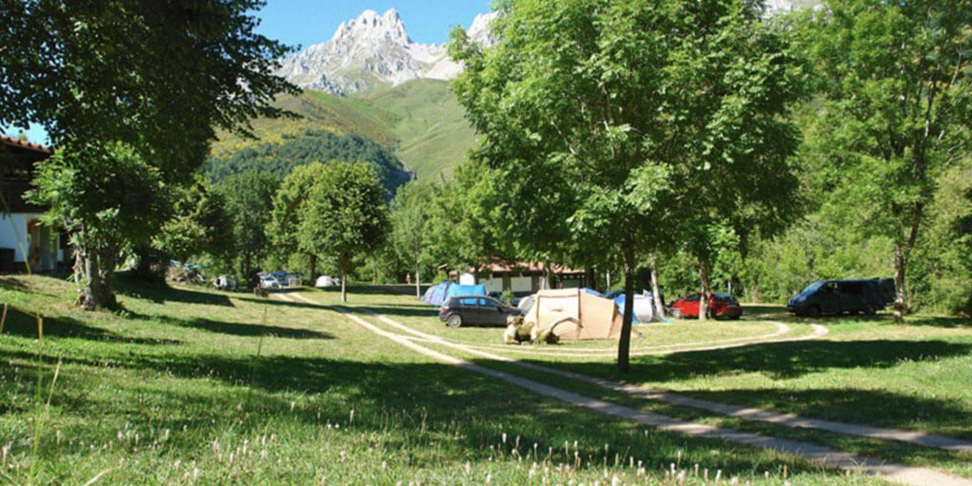 acampada cerca del puente